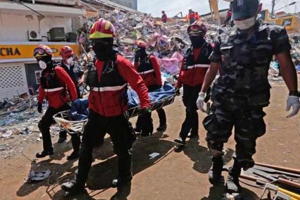 En Manta, continúan las labores de recuperación de cuerpos de las víctimas del terremoto. (Foto: AFP)