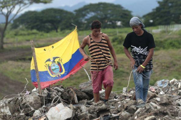 Residentes de Perdernales se mantienen buscando cosas que rescatar en medio de los escombros. Foto: AFP