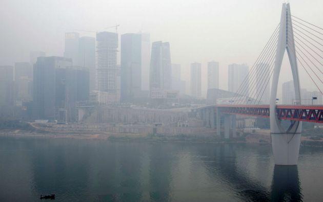 En 2015 se activó la primera alerta roja por contaminación en Beijing. Se prohibió circular a la mitad de los 5 millones de autos y se cerraron 3.200 de escuelas.