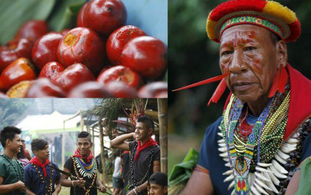 Alejandro Criollo luce collares coloridos y plumas de aves de la Amazonía.