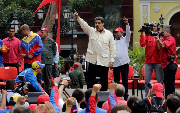 Nicolás Maduro junto al vicepresidente Aristóbulo Istúriz (gorra). Foto: Reuters