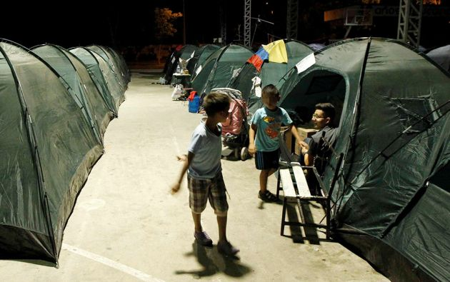 Dos niños juegan en un refugio en Manta. Foto: Reuters