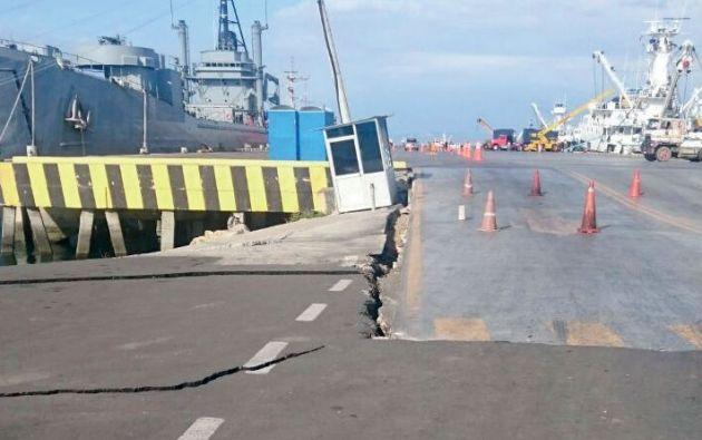 El puerto de Manta tiene grietas y una plataforma se hundió unos 40 centímetros.