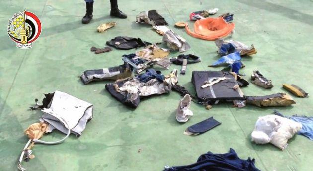 Imágenes de la televisión egipcia, de algunas de las pertenencias de pasajeros del vuelo de Egyptair. Foto: AFP