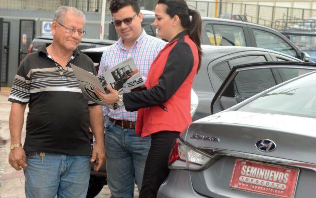 Los concesionarios que compran y venden carros seminuevos se aseguran de garantizar el kilometraje y otros detalles mecánicos. Foto: César Mera