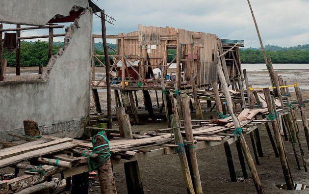 Muisne. Pese al riesgo e insalubridad, los isleños insisten en construir sus casas en las orillas.