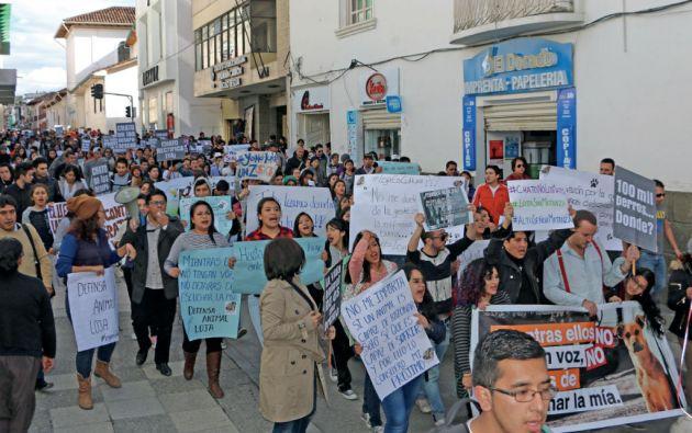 Una marcha en defensa de la vida animal recorrió las calles. La indignación fue más visible entre los menores de 35 años que forman el 67 por ciento de la población. Foto cortesía diario La Hora - Loja