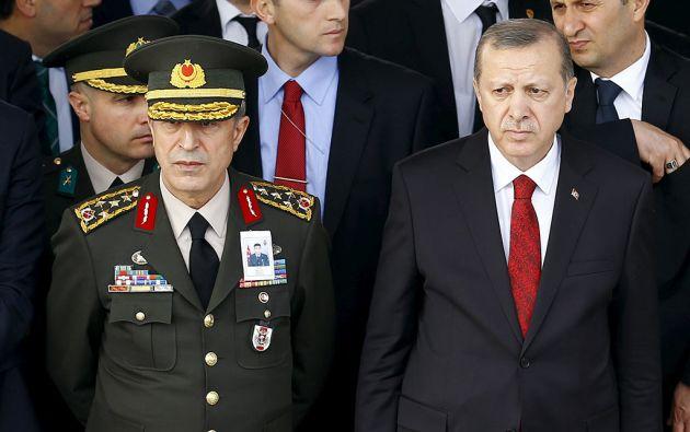 El presidente Recep Tayyip Erdogan junto al general Hulusi Akar (comandante en jefe de las Fuerzas Armadas), tomado como rehén por los golpistas. Foto: Reuters