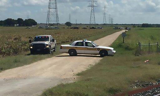La policía bloquea la carretera a la zona cercana donde se produjo el accidente. Foto: AFP