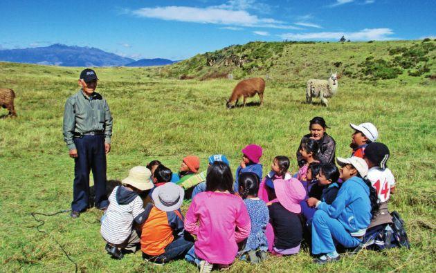 Historia. Un abuelo cuenta una de las leyendas a los niños de Cochasquí, al norte de la provincia de Pichincha.