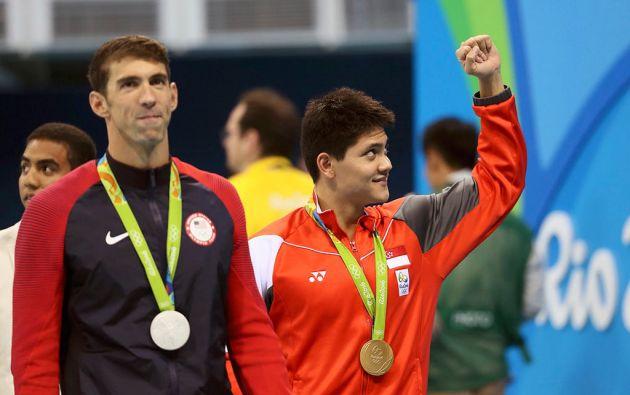 Joseph Schooling junto a Michael Phelps. Foto: Reuters