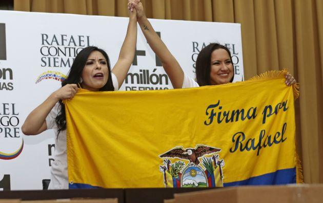 QUITO, Ecuador.- Pamela Aguirre y Stephanía Baldeón entregaron las firmas recolectadas para referéndum en el Consejo Nacional Electoral (CNE) el lunes 15 de agosto. Foto: API.
