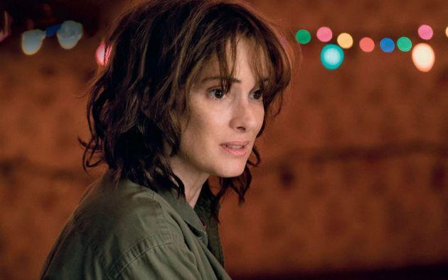 Winona Ryder debuta en televisión con esta serie de Netflix, interpreta a la desesperada madre de un chico desaparecido en extrañas circunstancias.