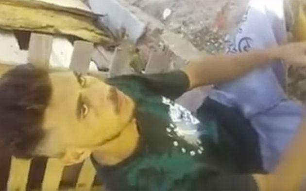 Un joven fue descubierto robando por los capos de una favela en Minas Gerais, Brasil. Foto: captura de video
