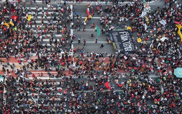 Una marea de ciudadanos se concentró en la emblemática Avenida Paulista y se dirigió a la plaza Largo da Batata. Foto: EFE