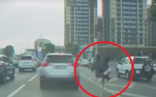 El momento hilarante fue captado por la cámara de uno de los vehículos presentes en el lugar.