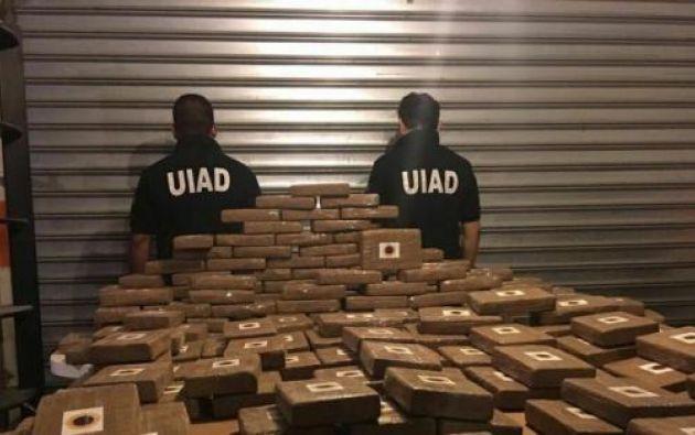 Los agentes de la UIAD detuvieron a dos personas una ecuatoriana y un extranjero.   Foto: Ecuavisa