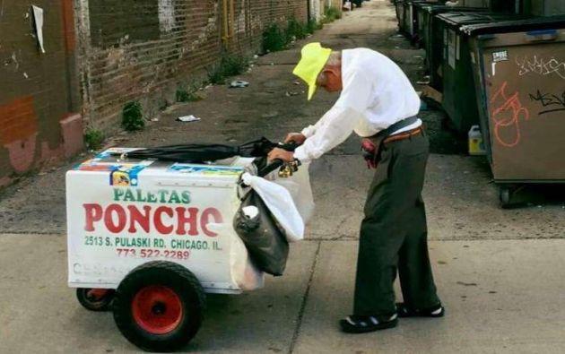 Con su carrito de helados Sánchez suele recaudar entre USD 50 y 60 diarios.  Foto: GoFoundMe.