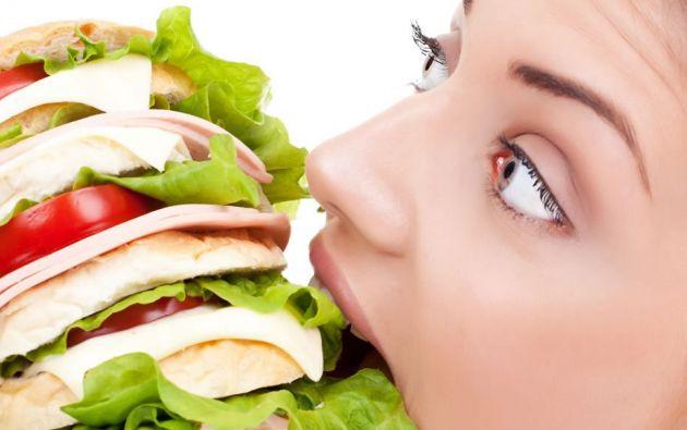 """Comer rápido, dormir poco o confundir el hambre con sed son algunos de los motivos que llevan a tener constantemente apetito. Cómo evitar caer en estas """"trampas""""."""