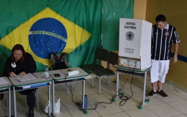 Unos 144 millones de electores estaban convocados a las urnas en una jornada de voto obligatorio para unos comicios que se celebraron en todo el territorio brasileño. Foto: AFP