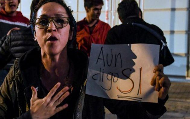 """Los activistas, del grupo ciudadano """"Jóvenes por la paz"""", ingresaron sin problema por la puerta de visitantes de la Casa de Nariño, donde normalmente hay tres anillos de seguridad. Foto: AFP"""