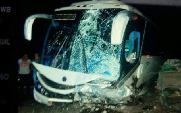 El siniestro ocurrió a la altura de Balao, el bus trasladaba a una banda musical. Foto: CUPS FIRE
