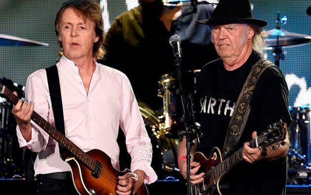 El exbeatle y el rockero canadiense arrasaron en la presentación efectuada en el desierto californiano.