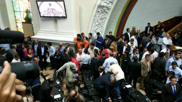 """Manifestantes oficialistas se movilizaron hacia el Parlamento venezolano ante la convocatoria de la oposición para tratar """"la violación sistemática"""" del régimen bolivariano."""
