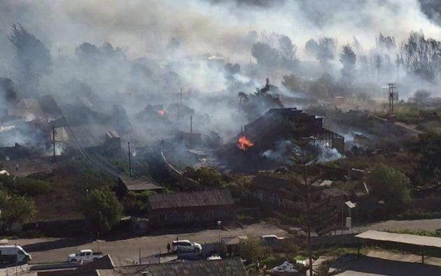 Fuego destruyó al menos 8 casas y consumió varias hectáreas de pastizales. Foto: @freddy_cazador.