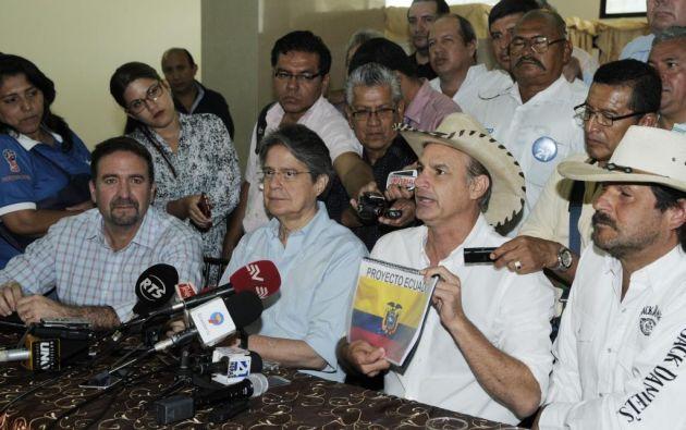 Paul Olsen le entregó al precandidato presidencial por CREO, Guillermo Lasso, el proyecto Ecuador. Foto: API.