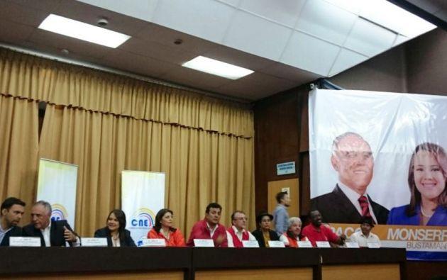 QUITO, Ecuador.- El candidato presidencial por la Izquierda Democrática acudió, junto con su binomio, y varios militantes del partido político a la matriz del organismo electoral. Foto: API