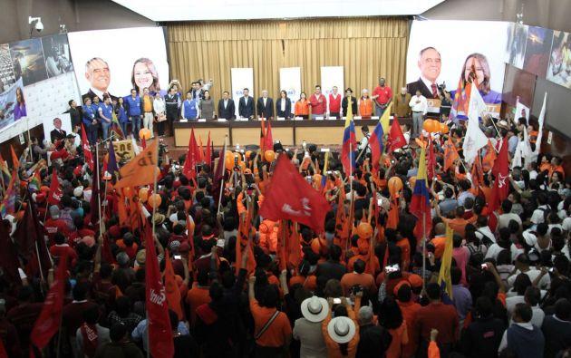 QUITO, Ecuador.- El candidato presidencial por la Izquierda Democrática acudió, junto con su binomio, y varios militantes del partido político a la matriz del organismo electoral. Foto: Twitter