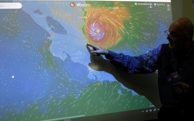 Otto, que se alejaba hacia el océano Pacífico por el noroeste de Costa Rica, tenía vientos máximos sostenidos cerca 110 km/h con ráfagas más altas. Foto: REUTERS.