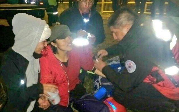 PENIPE, Ecuador.- Los excursionistas rescatados fueron sometidos a chequeos médicos tras su rescate. Foto: Policía Nacional.