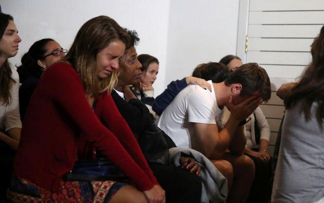 Familiares de uno de los periodistas fallecidos en el accidente lamentan su muerte. Foto: REUTERS.
