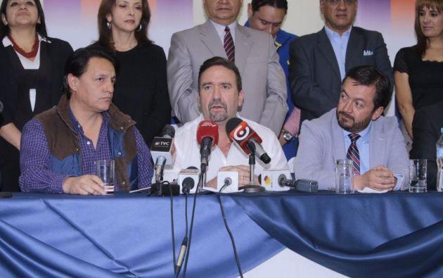 El director de CREO, César Monge (c), informó sobre la postulación de Fabricio Villamar como asambleísta por su movimiento. Foto: API.