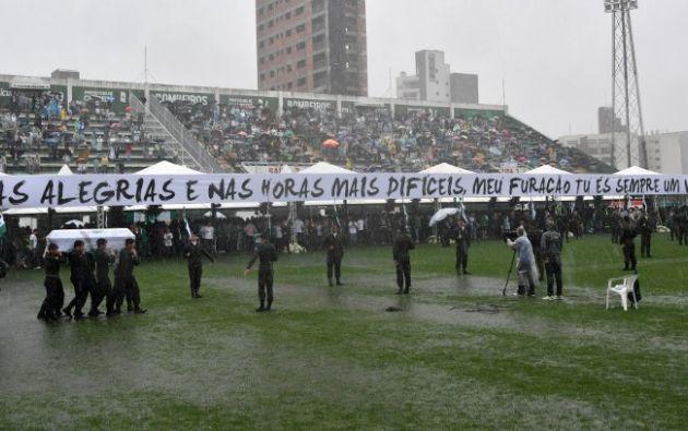 BRASIL.- Dos Hércules-130 de la Fuerza Aérea Brasileña (FAB) se posaron bajo una lluvia torrencial, con los restos de los 50 futbolistas. Foto: AFP