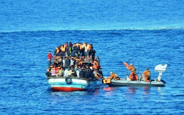 ESPAÑA.- Los migrantes, subsaharianos y magrebíes, llegaron ya todos a puerto, donde fueron atendidos por la Cruz Roja antes de su entrega a la policía. Foto: Internet