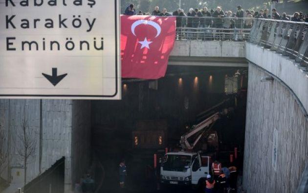Autoridades afirman que de los 38 fallecidos, 30 son policías y que hay 13 detenidos relacionados con el doble atentado. Foto: AFP