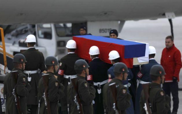 El ataúd del embajador fallecido es subido a un avión en el aeropuerto Enseboga, en Ankara (Turquía). Foto: AFP.