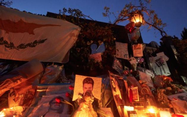 Afuera del domicilio de George Michael reposan decenas de flores y fotografías del cantante fallecido. Foto: AFP