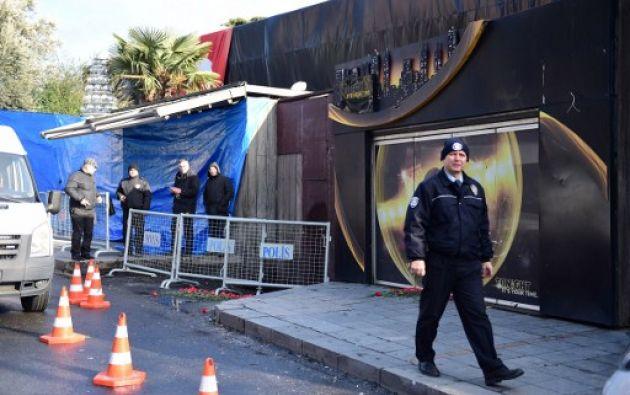 Testigos señalaron que había unas 800 personas dentro del club nocturno cuando ingresaron tres hombres disfrazados como Santa Claus y con armas automáticas. Foto: AFP