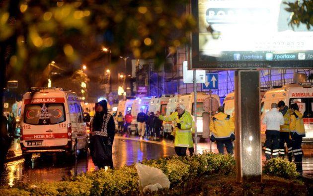 Testigos señalaron que había unas 800 personas dentro del club nocturno cuando ingresaron tres hombres disfrazados como Santa Claus y con armas automáticas.