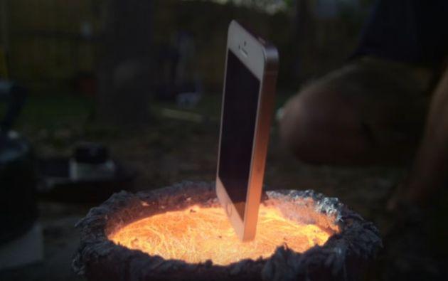 Las altas temperaturas fundieron el 'smartphone' y al final solo quedó reconocible una pequeña parte del dispositivo. Foto: captura de video