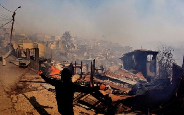 El incendio, cuyas causas se desconocen hasta el momento, afecta a pastizales, matorrales y bosques de eucaliptos en el sector de Laguna Verde, al sur del principal puerto chileno. Foto: AFP