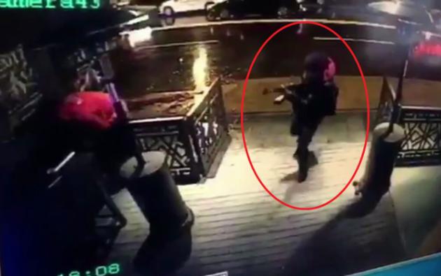 La impactante grabación muestra el instante en que el atacante dispara su arma contra la gente.