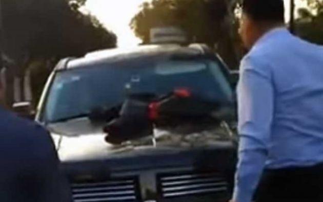El hombre reaccionó con furia al encontrar in fraganti a su mujer en su vehículo acompañada de otro sujeto en una escena que se viralizó en las redes.