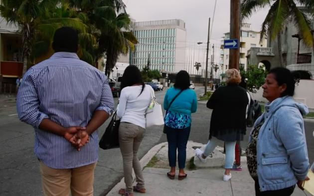 Cubanos buscan visas estadounidenses en la embajada de La Habana. Foto: Captura de video.