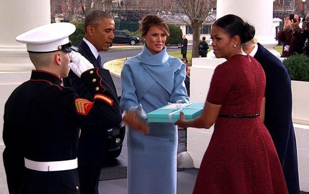 La esposa de Donald Trump llegó a la Casa Blanca con un paquete celeste. Nadie sabe aún qué había en su interior.