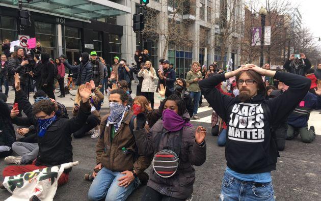 Entre 400 y 500 manifestantes lanzaron proyectiles sobre agentes de policía antidisturbios y las fuerzas del orden respondieron con granadas lacrimógenas. Foto: Redes